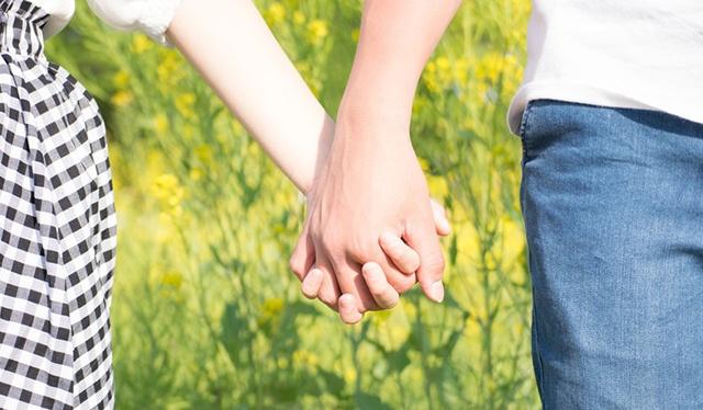 手を繋ぐパートナー