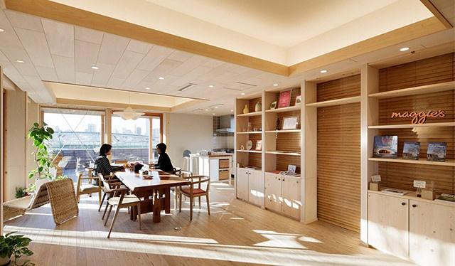 大きなキッチンテーブルがあり開放感のあるリビング