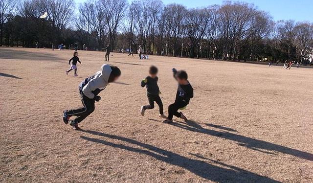 広々とした小金井公園で思いっきり遊ぶ子ども達